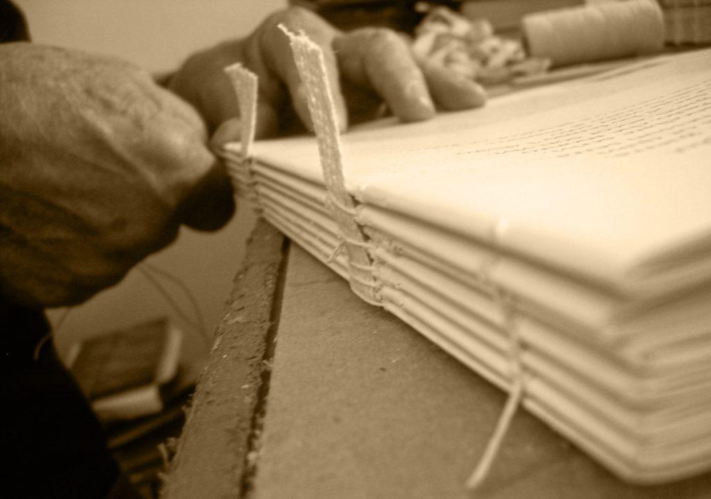 legatoria artigianale - cucitura di un volume