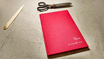 Fotolibro personalizzato con copertina rigida e incisione